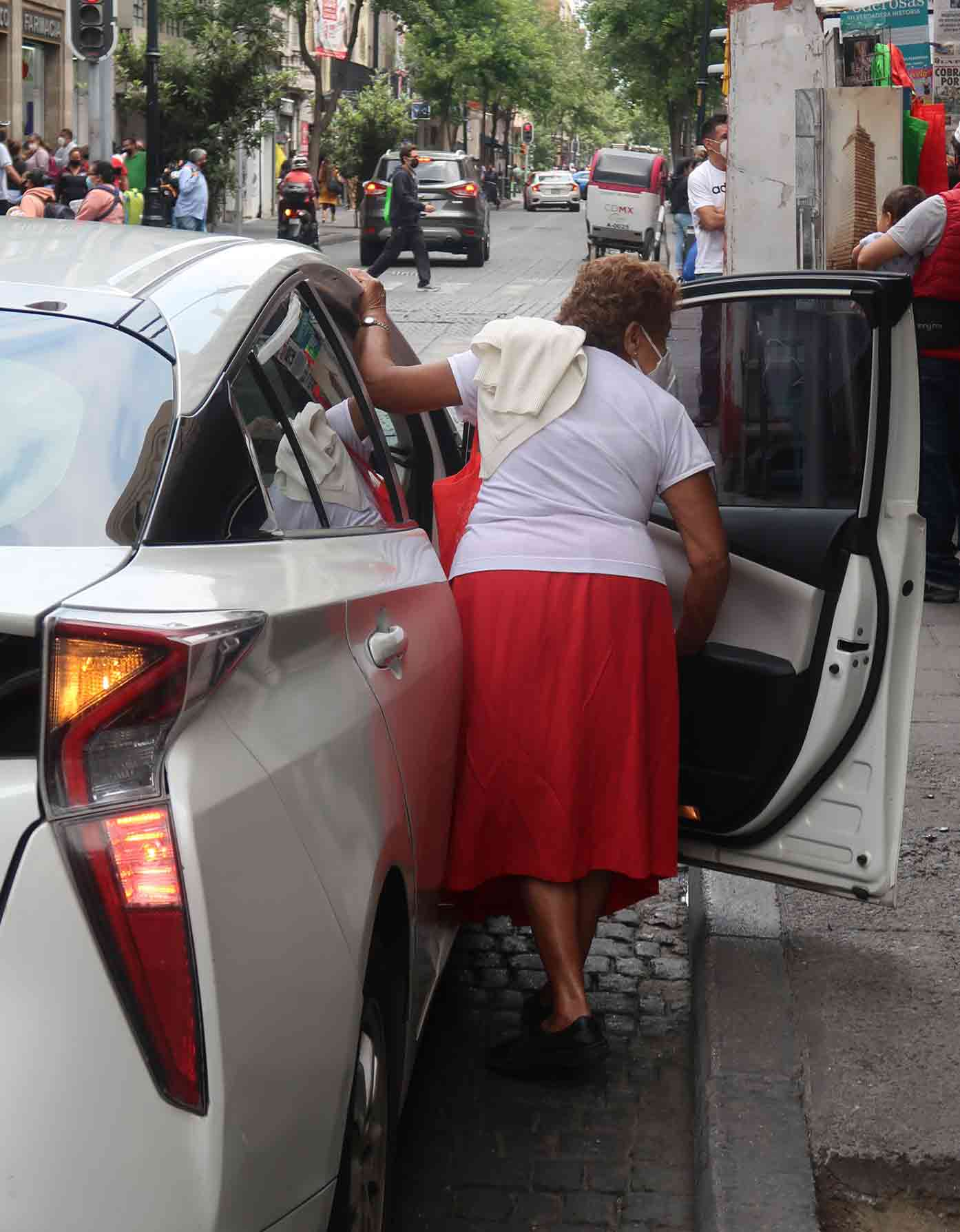 woman taking uber mexico-city
